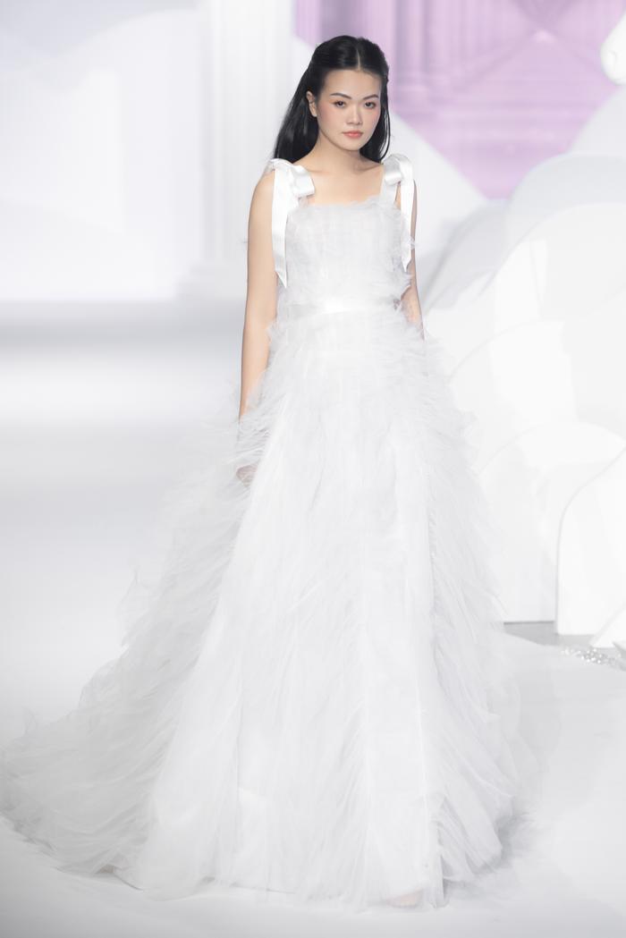 Hoàng Thuỳ, Minh Tú diện váy cưới quá sức lộng lẫy khiến fan tê liệt Ảnh 19