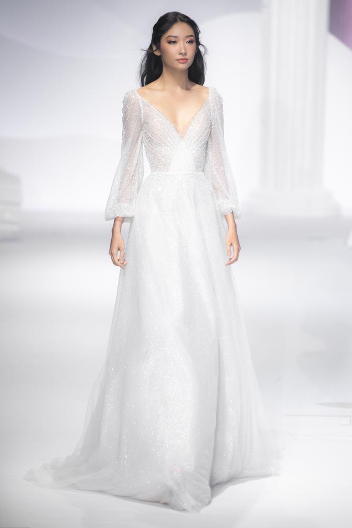 Hoàng Thuỳ, Minh Tú diện váy cưới quá sức lộng lẫy khiến fan tê liệt Ảnh 20