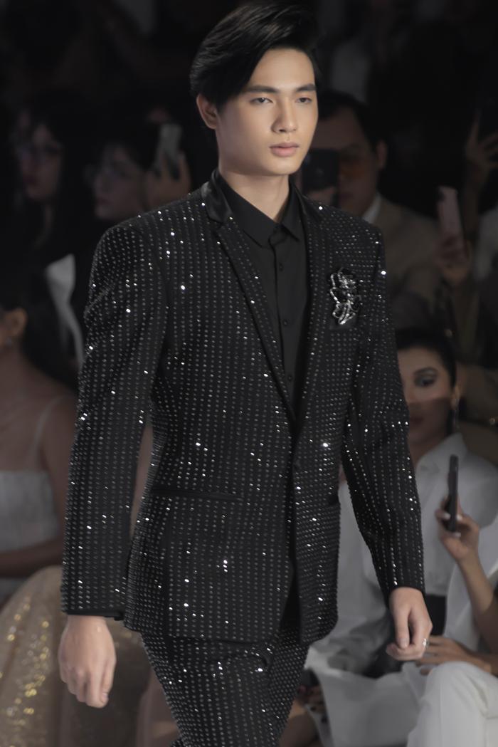 Hoàng Thuỳ, Minh Tú diện váy cưới quá sức lộng lẫy khiến fan tê liệt Ảnh 22