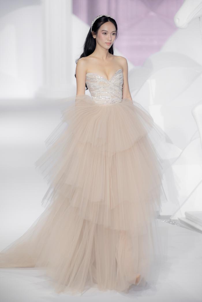 Hoàng Thuỳ, Minh Tú diện váy cưới quá sức lộng lẫy khiến fan tê liệt Ảnh 35