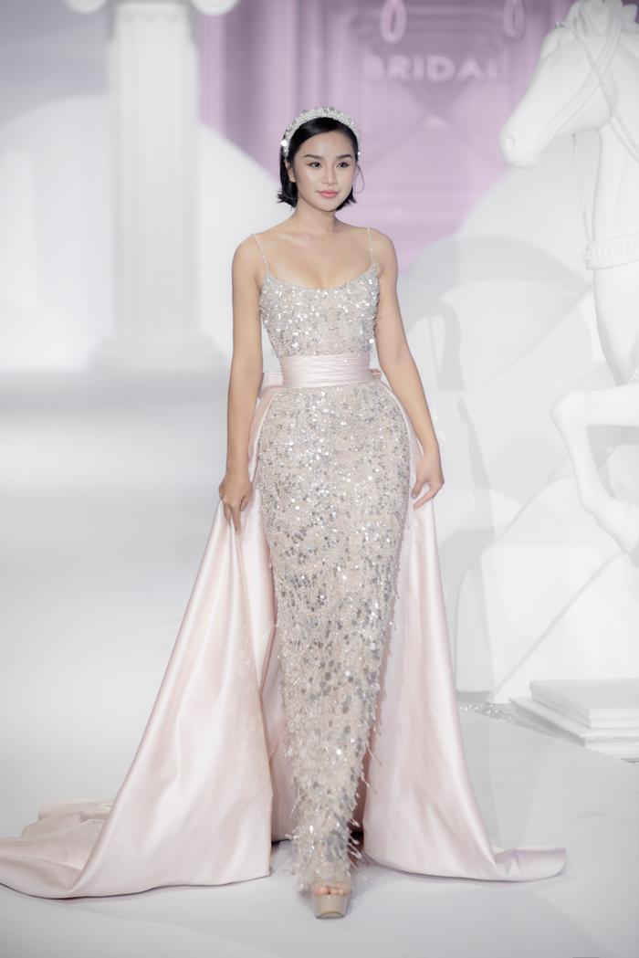 Hoàng Thuỳ, Minh Tú diện váy cưới quá sức lộng lẫy khiến fan tê liệt Ảnh 37
