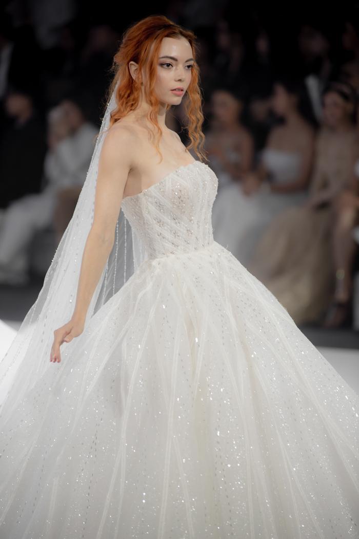 Hoàng Thuỳ, Minh Tú diện váy cưới quá sức lộng lẫy khiến fan tê liệt Ảnh 24
