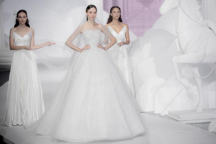 Hoàng Thuỳ, Minh Tú diện váy cưới quá sức lộng lẫy khiến fan tê liệt Ảnh 25
