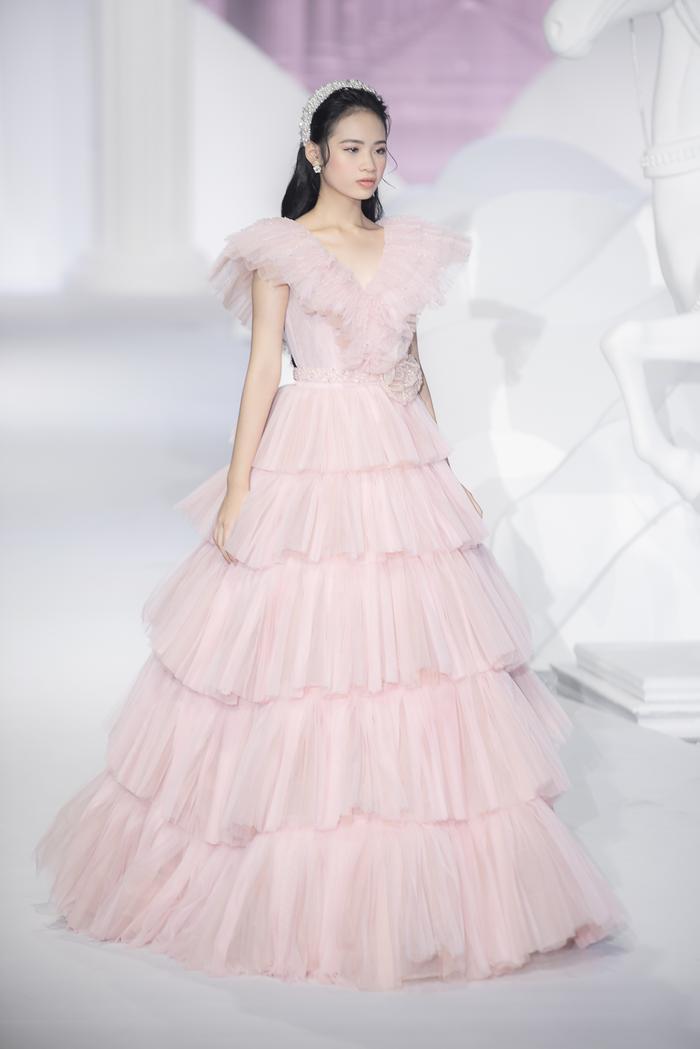 Hoàng Thuỳ, Minh Tú diện váy cưới quá sức lộng lẫy khiến fan tê liệt Ảnh 26