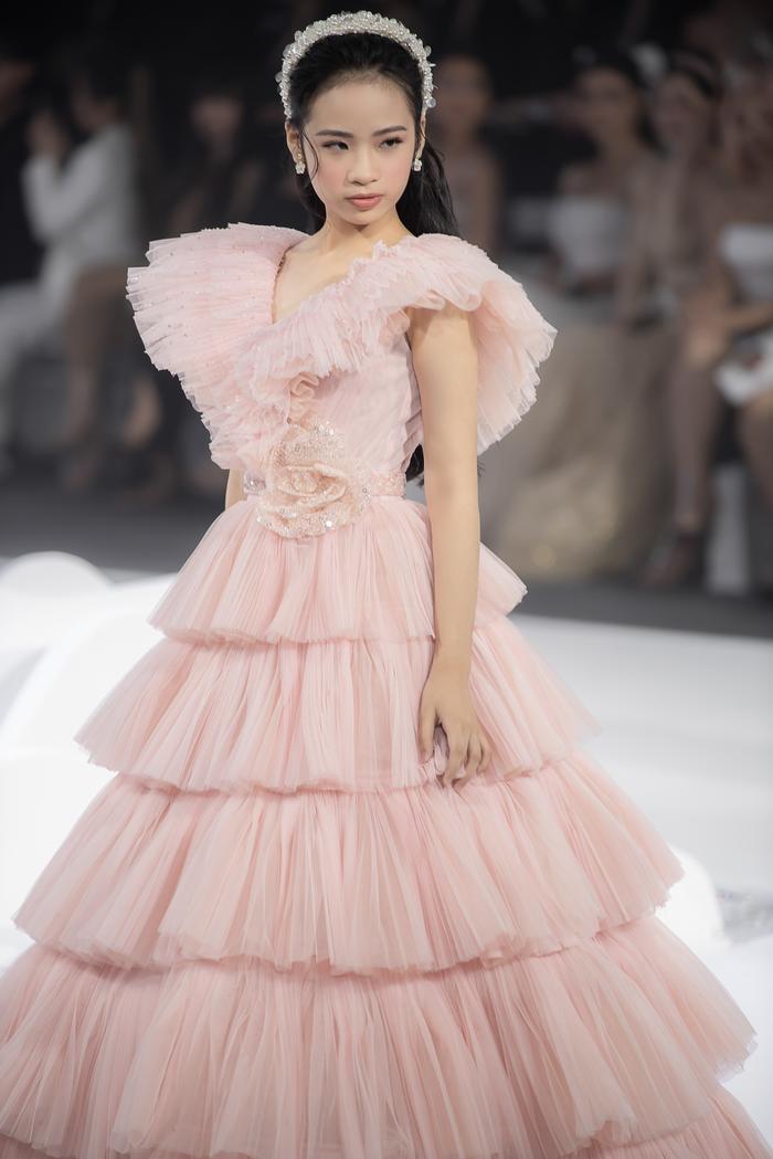 Hoàng Thuỳ, Minh Tú diện váy cưới quá sức lộng lẫy khiến fan tê liệt Ảnh 27