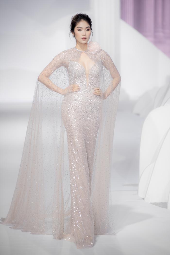 Hoàng Thuỳ, Minh Tú diện váy cưới quá sức lộng lẫy khiến fan tê liệt Ảnh 28