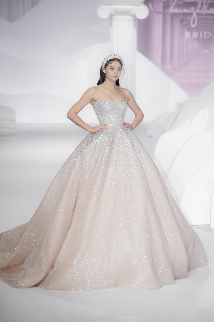 Hoàng Thuỳ, Minh Tú diện váy cưới quá sức lộng lẫy khiến fan tê liệt Ảnh 30