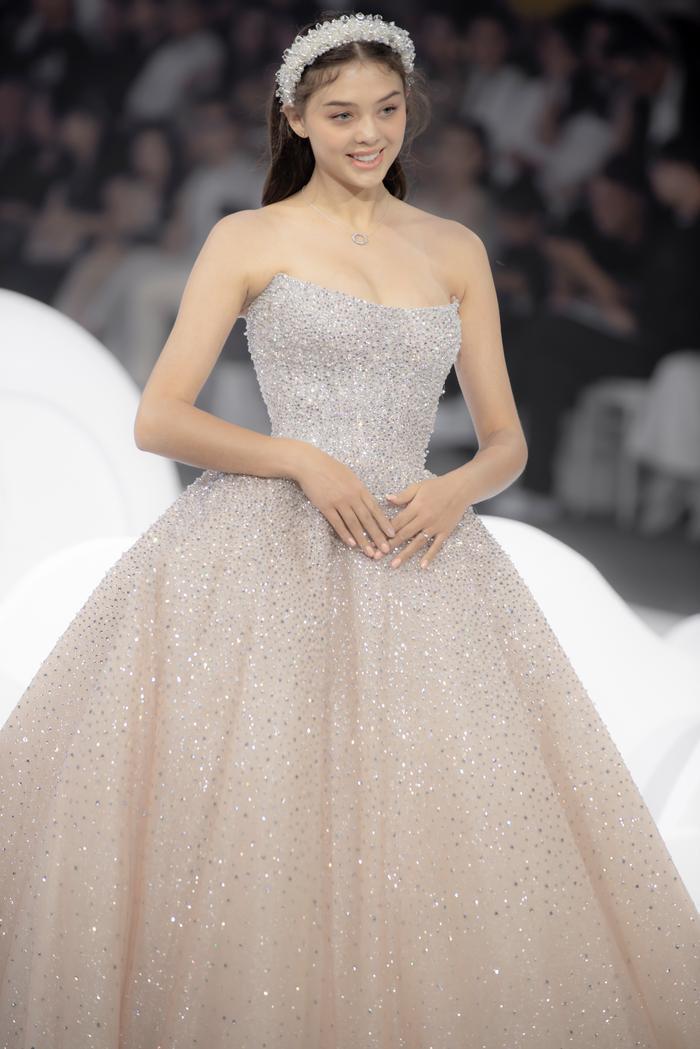 Hoàng Thuỳ, Minh Tú diện váy cưới quá sức lộng lẫy khiến fan tê liệt Ảnh 31
