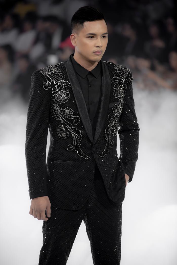 Hoàng Thuỳ, Minh Tú diện váy cưới quá sức lộng lẫy khiến fan tê liệt Ảnh 33