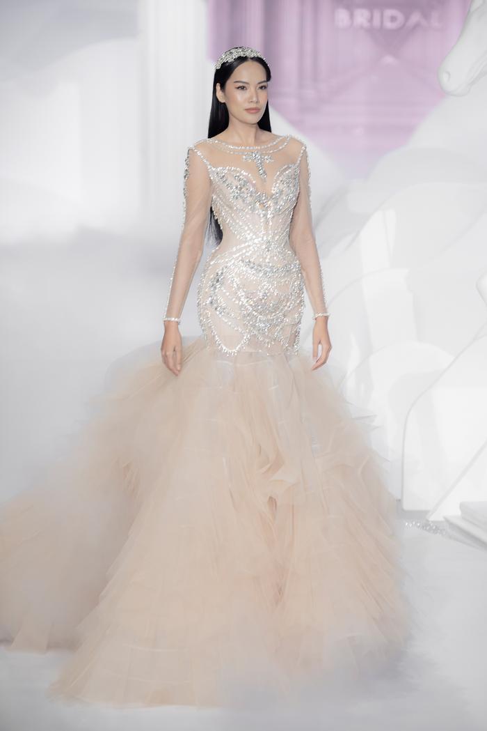 Hoàng Thuỳ, Minh Tú diện váy cưới quá sức lộng lẫy khiến fan tê liệt Ảnh 34