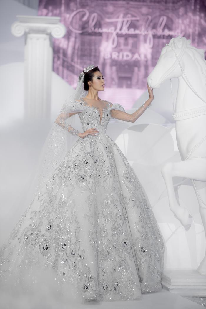 Hoàng Thuỳ, Minh Tú diện váy cưới quá sức lộng lẫy khiến fan tê liệt Ảnh 4