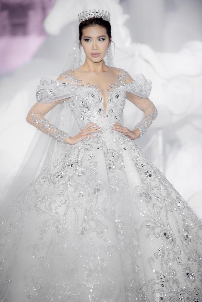 Hoàng Thuỳ, Minh Tú diện váy cưới quá sức lộng lẫy khiến fan tê liệt Ảnh 6