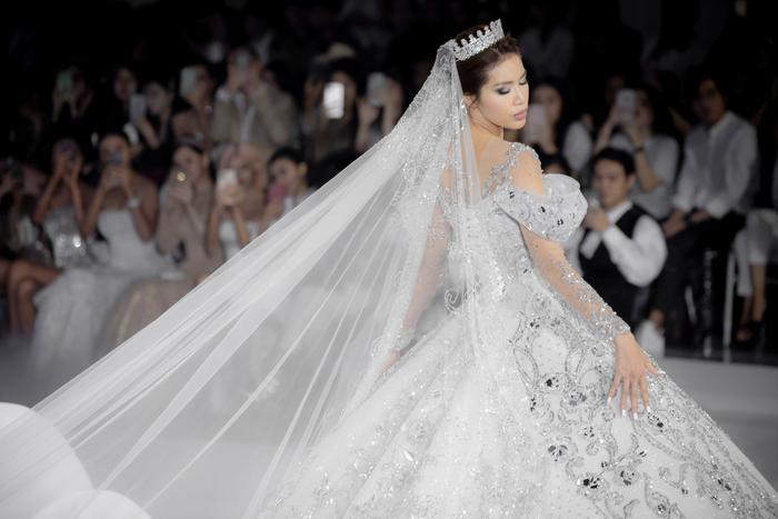 Hoàng Thuỳ, Minh Tú diện váy cưới quá sức lộng lẫy khiến fan tê liệt Ảnh 7