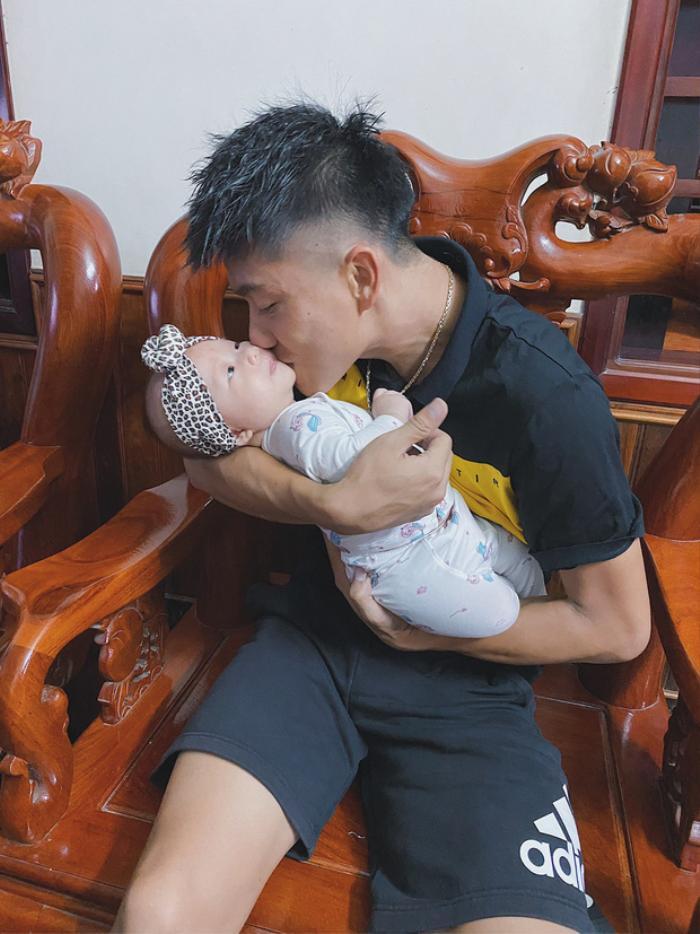 Phan Văn Đức nhờ vợ bế con gái, nàng WAGs Nhật Linh từ chối phũ phàng Ảnh 2