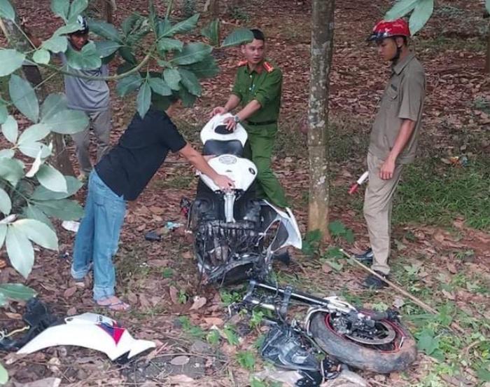 Mô tô phân khối lớn gãy đôi sau va chạm với xe máy, 3 người thương vong Ảnh 1
