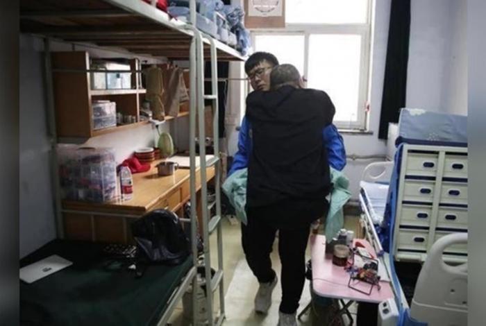 Nam sinh 13 năm ròng chăm sóc cha bị liệt, đưa cha vào ở KTX để tiện chăm sóc và tiếp tục giấc mơ đại học Ảnh 3