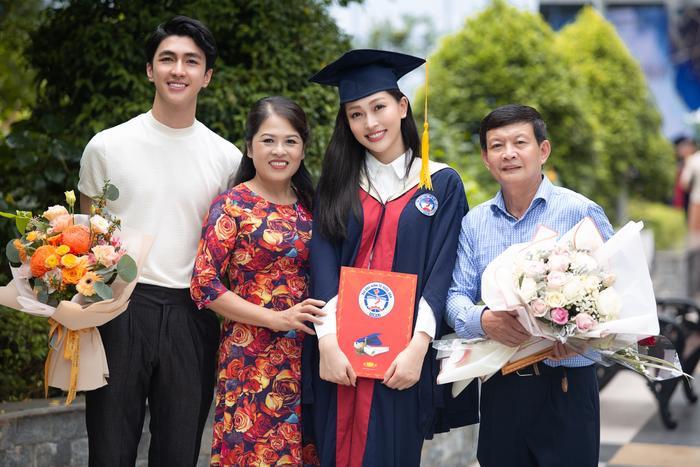 Bùi Phương Nga rạng rỡ tốt nghiệp Đại học Kinh tế Quốc dân bên cạnh Bình An: Tài sắc vẹn toàn! Ảnh 1