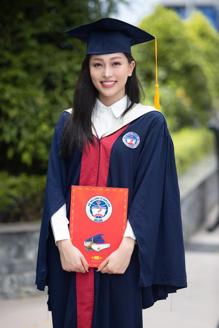 Bùi Phương Nga rạng rỡ tốt nghiệp Đại học Kinh tế Quốc dân bên cạnh Bình An: Tài sắc vẹn toàn! Ảnh 2