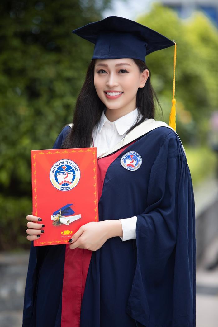 Bùi Phương Nga rạng rỡ tốt nghiệp Đại học Kinh tế Quốc dân bên cạnh Bình An: Tài sắc vẹn toàn! Ảnh 3