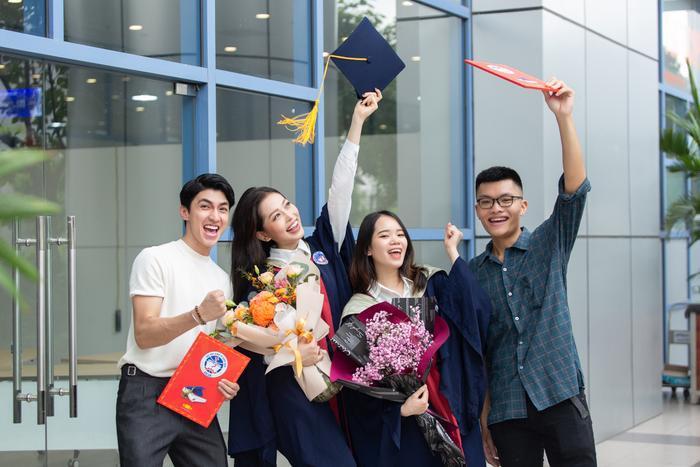 Bùi Phương Nga rạng rỡ tốt nghiệp Đại học Kinh tế Quốc dân bên cạnh Bình An: Tài sắc vẹn toàn! Ảnh 7