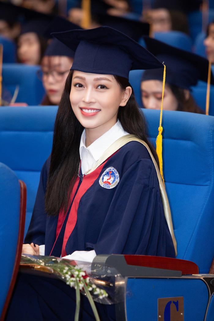 Bùi Phương Nga rạng rỡ tốt nghiệp Đại học Kinh tế Quốc dân bên cạnh Bình An: Tài sắc vẹn toàn! Ảnh 4