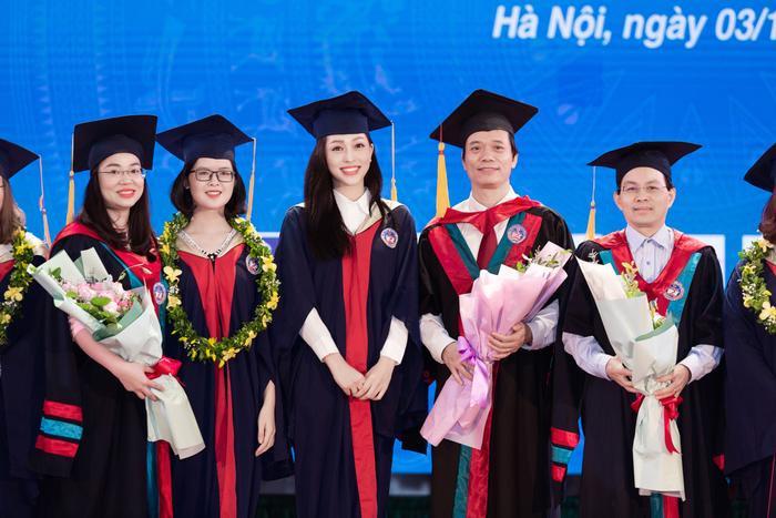 Bùi Phương Nga rạng rỡ tốt nghiệp Đại học Kinh tế Quốc dân bên cạnh Bình An: Tài sắc vẹn toàn! Ảnh 8