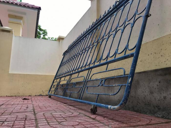 Cổng trường sập, đè bị thương học sinh lớp 3 Ảnh 1