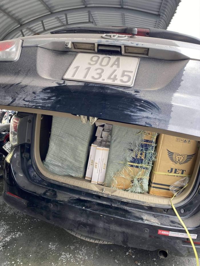 Ô tô 7 chỗ gây tai nạn khi đang trên đường vận chuyển hơn 13.000 gói thuốc lá lậu Ảnh 1