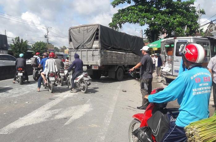 Tai nạn ô tô liên hoàn trên Quốc lộ 1 gây ùn tắc giao thông nghiêm trọng Ảnh 2