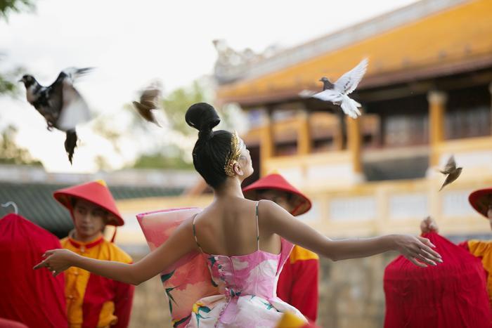 Võ Hoàng Yến khiến fan choáng ngợp khi thả 500 chú chim, hoá cung phi uy quyền giữa Đại Nội Huế Ảnh 5