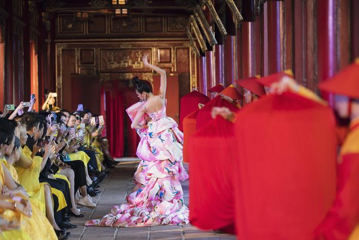 Võ Hoàng Yến khiến fan choáng ngợp khi thả 500 chú chim, hoá cung phi uy quyền giữa Đại Nội Huế Ảnh 6