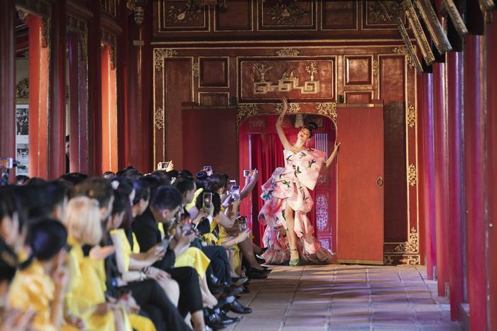 Võ Hoàng Yến khiến fan choáng ngợp khi thả 500 chú chim, hoá cung phi uy quyền giữa Đại Nội Huế Ảnh 8