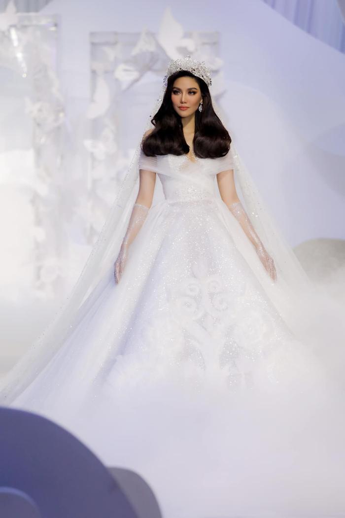Á hậu Hoàng Thùy, Lan Khuê khiến khán giả ngẩn ngơ khi diện váy cưới xa hoa Ảnh 13
