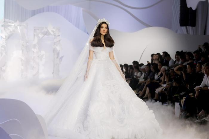 Á hậu Hoàng Thùy, Lan Khuê khiến khán giả ngẩn ngơ khi diện váy cưới xa hoa Ảnh 12
