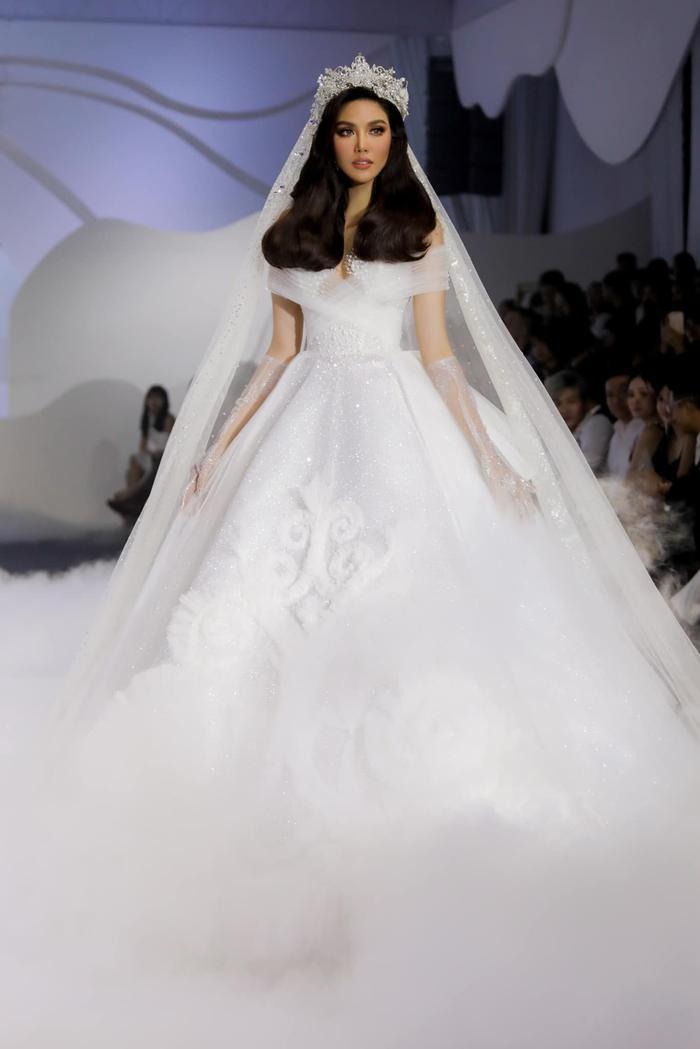 Á hậu Hoàng Thùy, Lan Khuê khiến khán giả ngẩn ngơ khi diện váy cưới xa hoa Ảnh 11