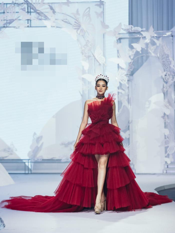 Á hậu Hoàng Thùy, Lan Khuê khiến khán giả ngẩn ngơ khi diện váy cưới xa hoa Ảnh 5