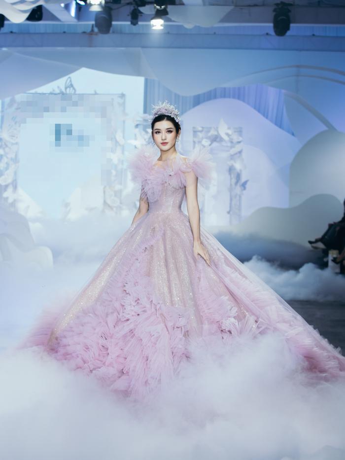 Á hậu Hoàng Thùy, Lan Khuê khiến khán giả ngẩn ngơ khi diện váy cưới xa hoa Ảnh 7