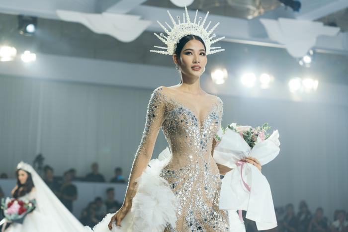 Á hậu Hoàng Thùy, Lan Khuê khiến khán giả ngẩn ngơ khi diện váy cưới xa hoa Ảnh 1