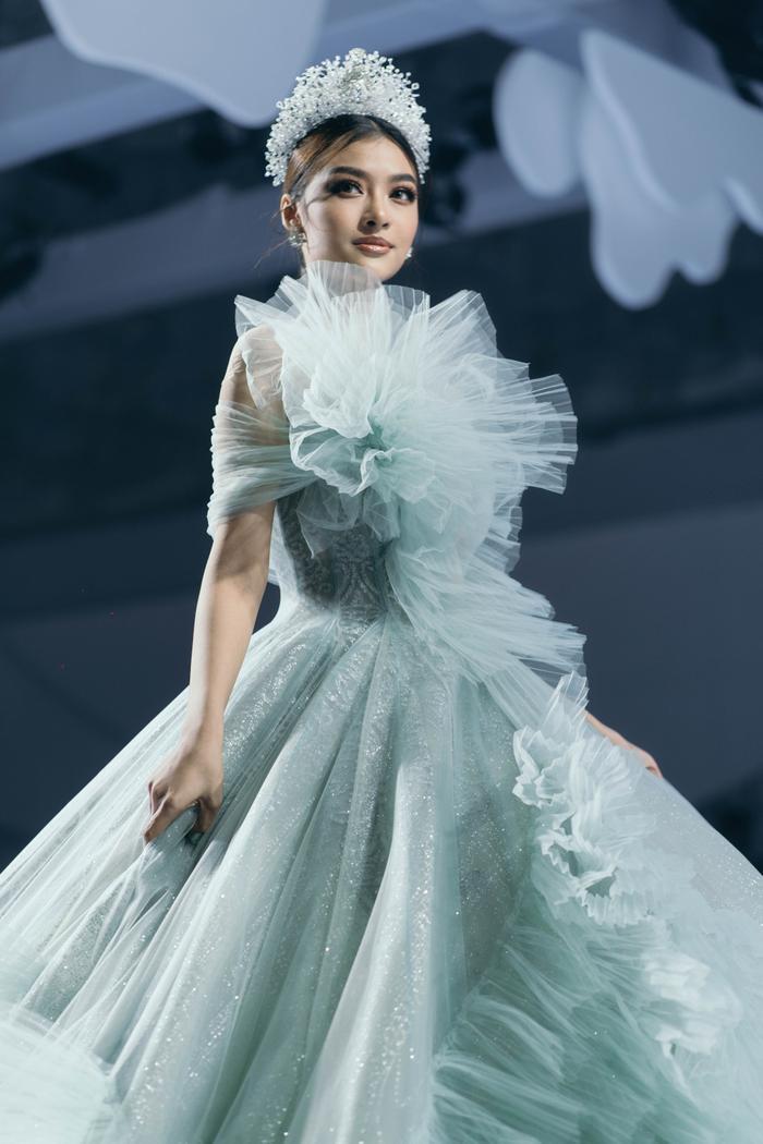 Á hậu Hoàng Thùy, Lan Khuê khiến khán giả ngẩn ngơ khi diện váy cưới xa hoa Ảnh 3