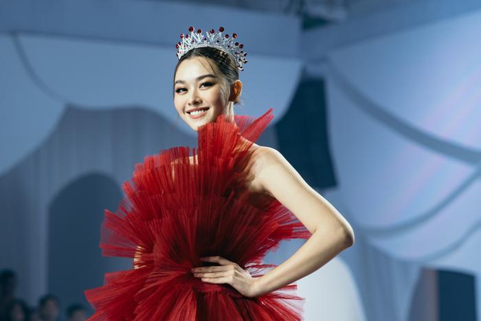 Á hậu Hoàng Thùy, Lan Khuê khiến khán giả ngẩn ngơ khi diện váy cưới xa hoa Ảnh 6