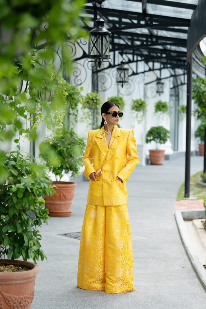 Trương Thị May đẹp sắc sảo với vest khổng lồ, cùng mẹ dự show thời trang Ảnh 2