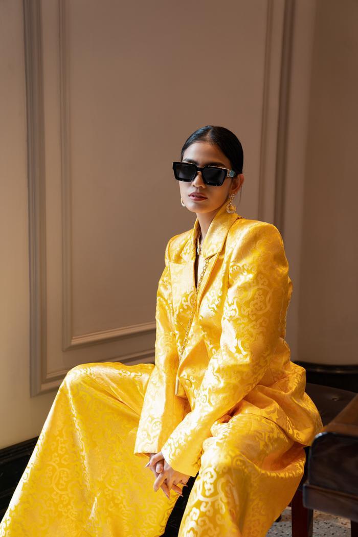 Trương Thị May đẹp sắc sảo với vest khổng lồ, cùng mẹ dự show thời trang Ảnh 1