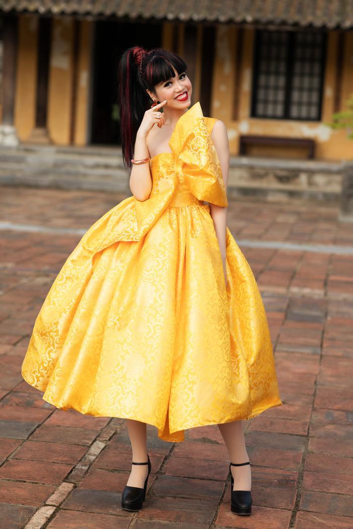 Trương Thị May đẹp sắc sảo với vest khổng lồ, cùng mẹ dự show thời trang Ảnh 7