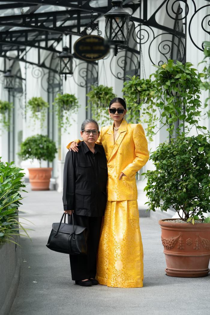 Trương Thị May đẹp sắc sảo với vest khổng lồ, cùng mẹ dự show thời trang Ảnh 3