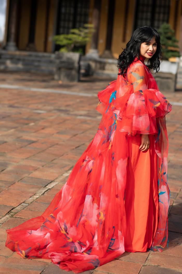 Trương Thị May đẹp sắc sảo với vest khổng lồ, cùng mẹ dự show thời trang Ảnh 4