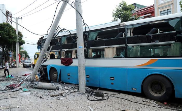 Xe khách giường nằm đâm gãy cột điện trên quốc lộ, 20 hành khách may mắn thoát nạn Ảnh 1