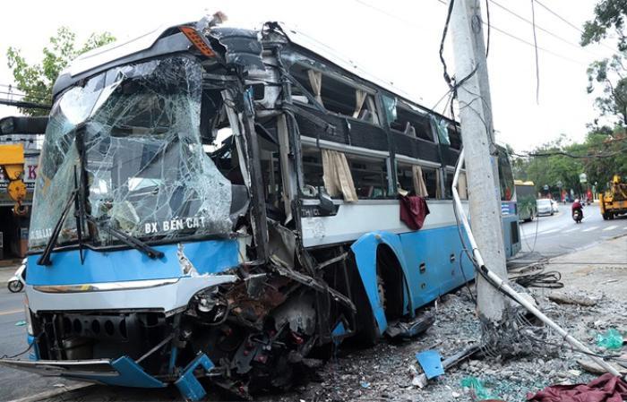 Xe khách giường nằm đâm gãy cột điện trên quốc lộ, 20 hành khách may mắn thoát nạn Ảnh 2