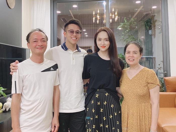 Phát hiện ra 'bí mật ăn gian tuổi' của Hương Giang, quả là trẻ trung và sành điệu! Ảnh 5