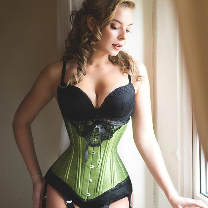 Cô gái mặc corset 7 năm để có vòng eo dưới 50cm Ảnh 4