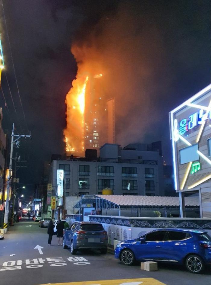 Tòa chung cư thương mại Hàn Quốc cháy lớn trong đêm Ảnh 4